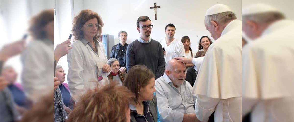 Papa faz visita surpresa à instituição que acolhe cegos em Roma