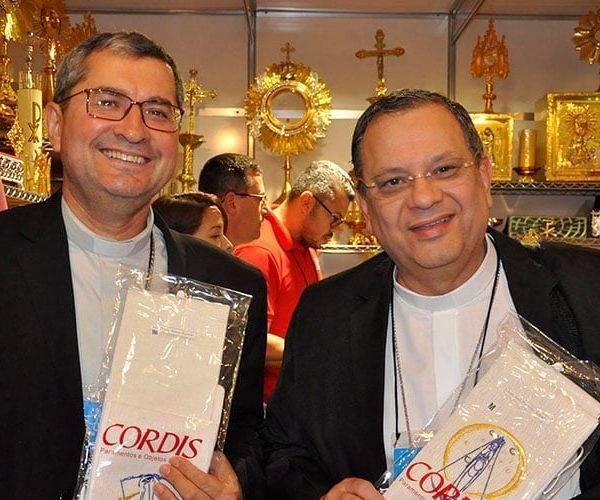 Novos bispos recebem presente especial da CORDIS durante assembleia