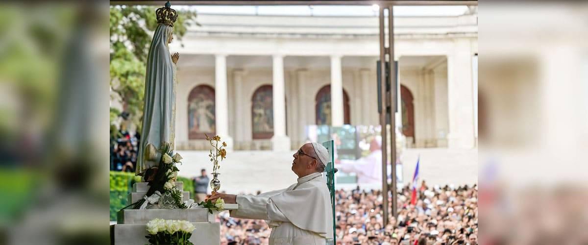 Após chegar em Fátima, Papa reza na capelinha das aparições