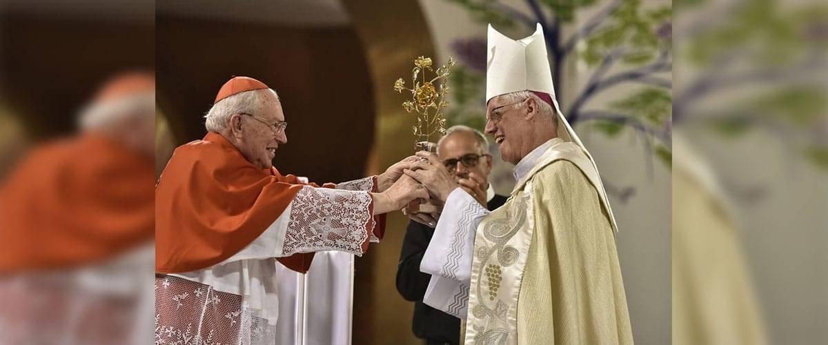 Papa Francisco presenteia a Mãe Aparecida com Rosa de Ouro